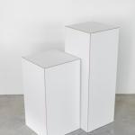 Baltos modernios kolonos: 29,5 x 29,5 x 81 (H cm) - 2vnt; 32 x 32 x 60 (H cm) - 2vnt