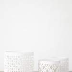 Baltos raižytos vazelės (9,5 x 9,5 cm / 6 x 6 cm), turimas kiekis - 9 vnt.