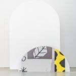 Akrilinio stiklo arka-stendas: H 80cm, plotis 58cm (balta arba rožinė lenta)