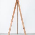 Rudas medinis molbertas: H 137, pirmas - tarp laikiklių atstumas 35cm, nuo laikiklių iki viršaus 76cm; antras - H 134, tarp laikiklių atstumas 37cm, nuo laikiklių iki viršaus 72cm