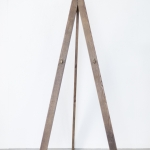 Pilkas medinis molbertas: H 146, tarp laikiklių atstumas 30cm, nuo laikiklių iki viršaus 63cm